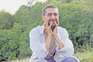 Marcel Antal - sa v roku 2004 i s priateľmi presťahoval na vidiek a následne sa venoval založeniu a fungovaniu združenia Alter Nativa v obci Brdárka. Organizuje kurzy a distrubuuje knihy o permakultúre a prírodnom staviteľstve.