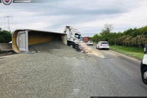 Na diaľnicu sa vysypal štrk z kamióna, prejazdný je len jeden jazdný pruh.