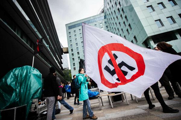 Protest proti krajnej európskej pravici, ktorá prišla do Bratislavy na pozvanie Kollárovej strany Sme rodina.