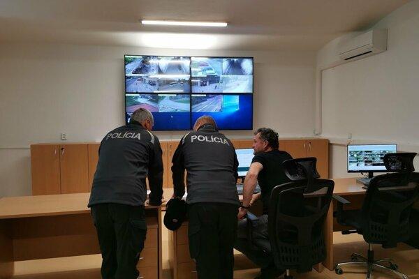 Nové operačné stredisko v Krompachoch sleduje záznam z 32 kamier.
