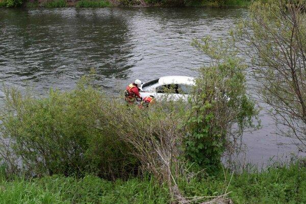 Auto vyťahovali z Váhu hasiči