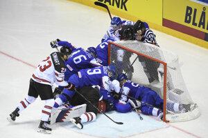 Boj o puk pred bránkou Patrika Rybára v zápase Slovensko - Kanada na MS v hokeji 2019.