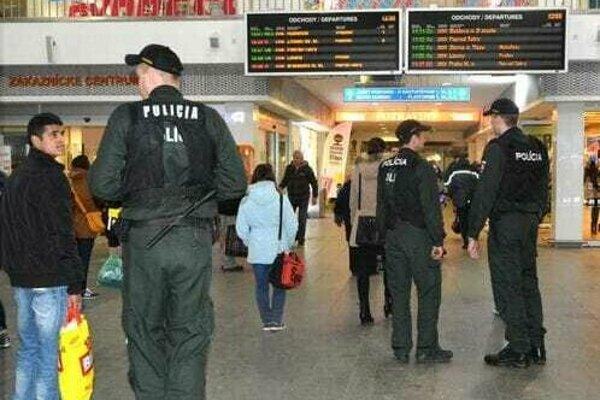 Polícia hliadkuje aj na košickej železničnej stanici.