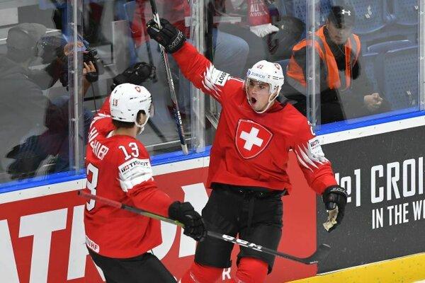Vľavo Nicho Hischier a Kevin Fiala sa tešia z gólu v zápase základnej B-skupiny Švajčiarsko - Rakúsko.