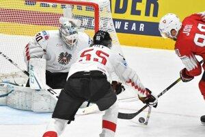 Roman Josi (Švajčiarsko) a Raphael Wolf a brankár David Kickert (Rakúsko) v zápase základnej B-skupiny Švajčiarsko - Rakúsko.