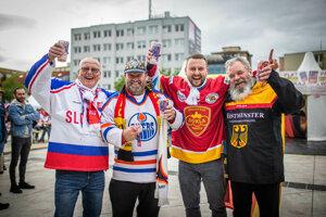 Slovenskí a nemeckí fanúšikovia pred zápasom.