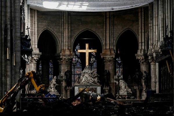 Interiér katedrály Notre-Dame poškodenej nedávnym požiarom.