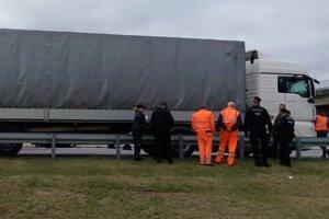 Migranti cestovali v návese tohto kamióna.