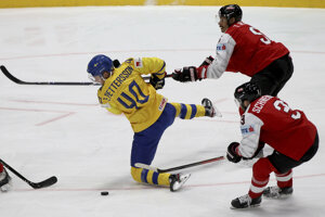 Eliasa Petterssona atakujú Rakúšania Thomas Raffl a Peter Schneider v zápase MS v hokeji 2019 Švédsko - Rakúsko.