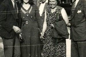 Posledná fotografia vznikla na Václavskom námestí v deň, keď ju zavraždili - Otília stojí vľavo.