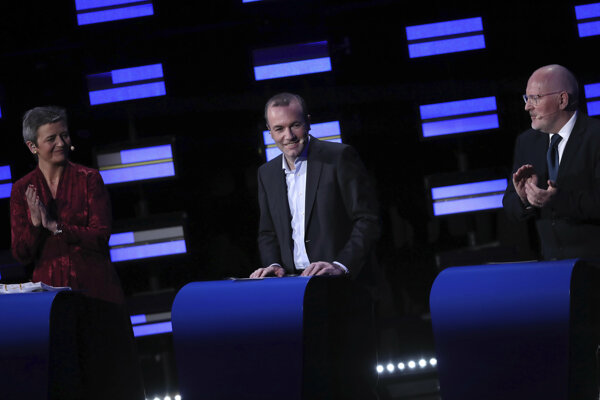 Traja čelní kandidáti na post nového šéfa Európskej komisie. Stretli sa v debate v stredu 15.5. v Európskom parlamente. Zľava Margrethe Vestagerová za liberálov, Manfred Weber za ľudovcov a Frans Timmermans za socialistov.