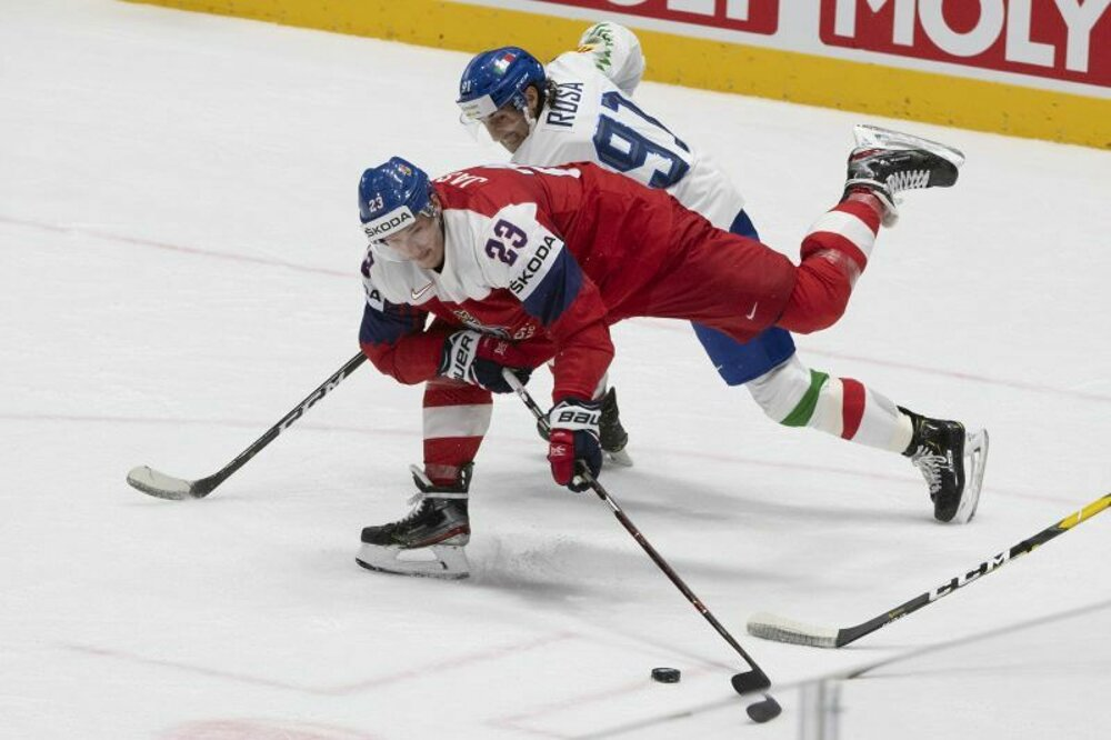 ac249b1ea71ae Český reprezentaant Dmitrij Jaškin a za ním Marco Rosa v zápase základnej  B-skupiny Česko - Taliansko na MS v hokeji 2019.
