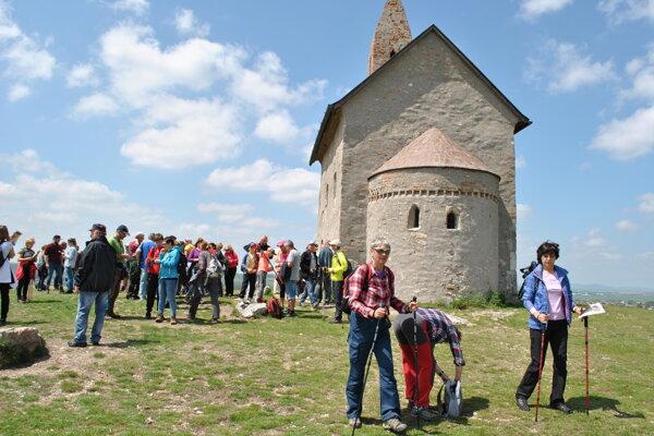 Pútnici sa zišli pri dražovskom Kostole sv. Michala.