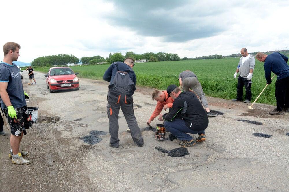 3db0949da2c4 Viac o svojpomocnej oprave cesty sa dozviete v Korzári.