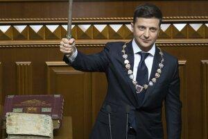 Nový ukrajinský prezident Volodymyr Zelenskyj skladá prezidentský sľub v parlamente.