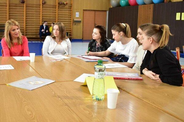 Za jedným z okrúhlych stoloch, kde sa stretli zamestnávatelia so študentmi.