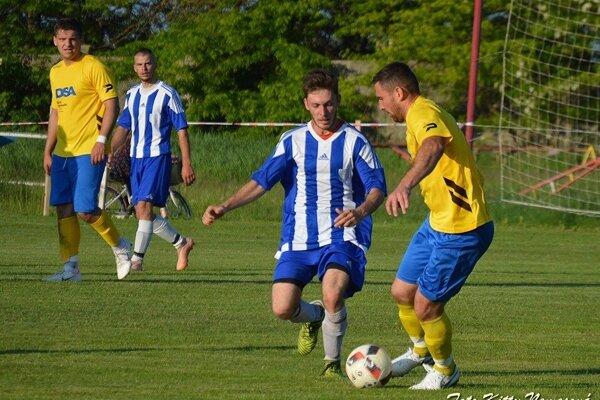 Zo zápasu Veľké KOsihy (v žltom) - Nesvady 2:0