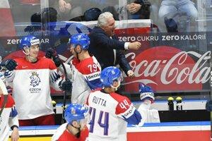Tréner Miloš Říha so svojimi hráčmi sa teší z gólu v zápase základnej B-skupiny Česko - Švajčiarsko na MS v hokeji 2019.
