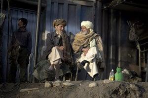 Afganskí starci popíjajú čaj pred dielňou. Ak by mali chuť na kišmišovku, zašli by dovnútra.