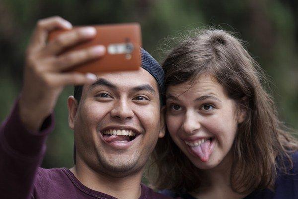 Ľudia si môžu na fotografiách pripadať zvláštni.