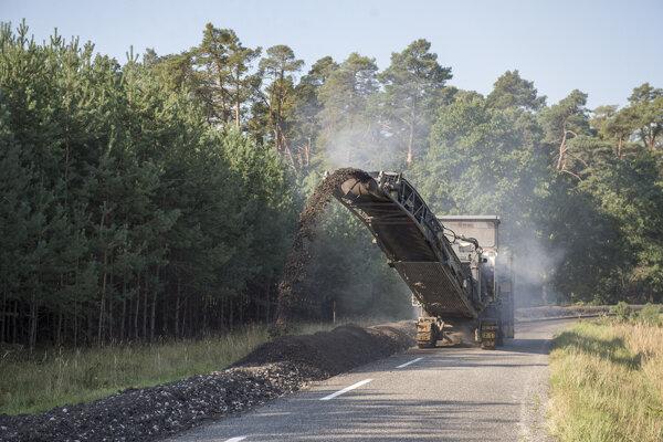 Oprava cesty medzi Malackami a Rohožníkom je takmer hotová.