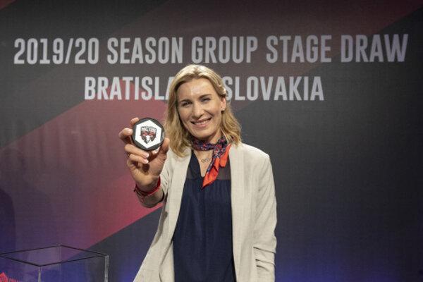 Slovenská reprezentantka v biatlone Anastasia Kuzminová pózuje s pukom slovenského majtra HC '05 iClinic Banská Bystrica počas žrebu hokejovej Ligy majstrov 2019/2020 v Bratislave