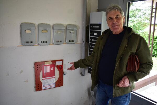 Anton Kašjak hovorí, že ich prekvapilo, ako sú napojení na vodu vo vrchných bytoch. Nikto ich neupozornil, keď byt kupovali.