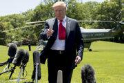 Donald Trump počas rozhovoru s médiami v areáli Bieleho domu.