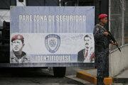 Strážnik hliadkuje pred jednou z venezuelských väzníc.