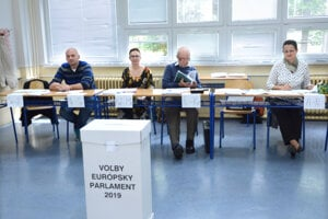 b080905e909f Niektoré volebné miestnosti zívali prázdnotou.