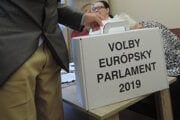 Seniori vhadzujú volebný lístok do prenosnej volebnej schránky v zariadení pre seniorov v bratislavskom Lamači
