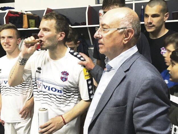 Pár minút po poslednom hvizde vypukli vkabíne FC ViOn oslavy. Kapitán Tomáš Ďubek fajčí víťaznú cigaru, po pleciach ho tľapká majiteľ klubu Viliam Ondrejka.