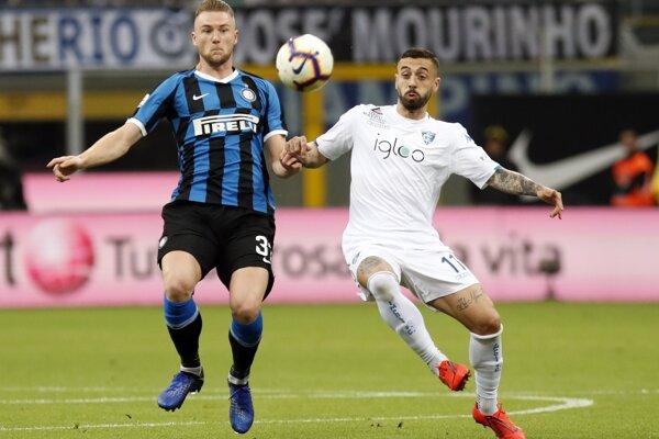 Milan Škriniar (vľavo) v súboji s Francescom Caputom z Empoli vo futbalovom zápase talianskej ligy Serie A FC Inter Miláno – FC Empoli v Miláne 26. mája 2019.