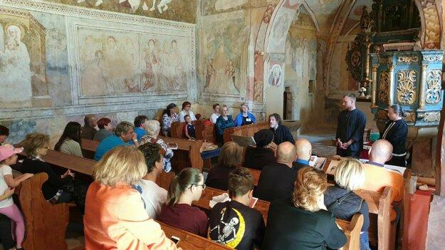 Na snímke účastníci festivalu Z histórie Malohontu počas koncertu dobovej hudby v gotickom kostole.