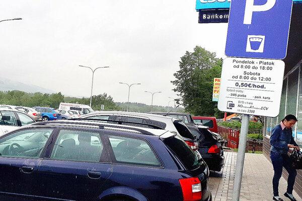 Aj toto parkovisko pri jednej z miestnych bánk vzniklo vďaka prieťahu.