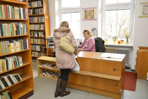 V mestskej knižnici.