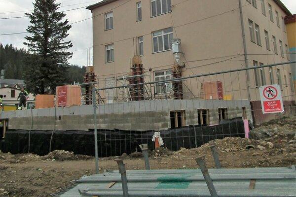 V areáli Hornooravskej nemocnice pribúda nová stavba.