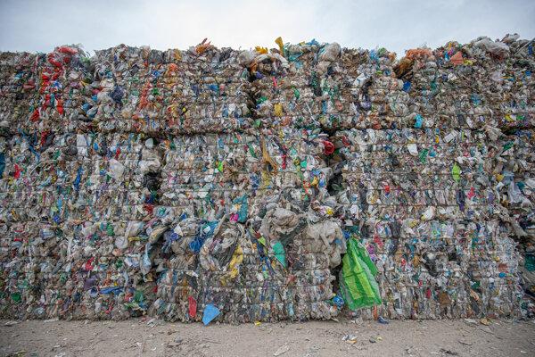 Balíky separovaného odpadu na seneckej skládke