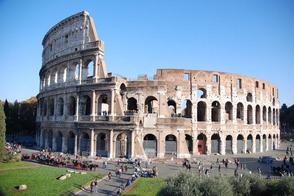 Talianski policajti odporučili vodičovi opustiť Rím.
