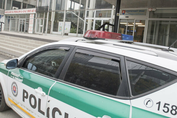 Neznámy páchateľ postupne rozkradol celý predok policajného auta.