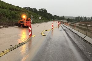 Silný dážď spôsobil problémy medzi Prešovom a Košicami.