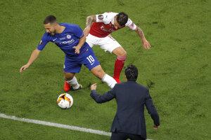 Tréner Arsenalu Unai Emery sleduje súboj Edena Hazarda s Lucasom Torreirom.