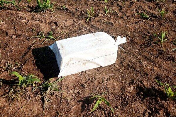 Jedno z vriec plných cigariet, nájdených v obci Záhor.