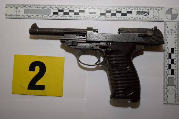 Strelná zbraň nájdená v odpadkovom koši.