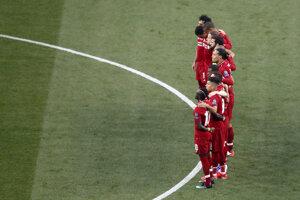 Hráči Liverpoolu počas minúty ticha za Joseho Antonia Reyesa.