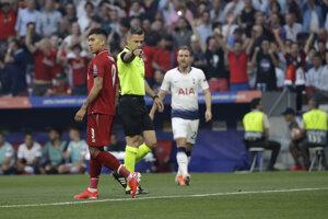 Hlavný rozhodca Damir Skomina píska penaltu vo finále Ligy majstrov 2018/2019 Liverpool - Tottenham.