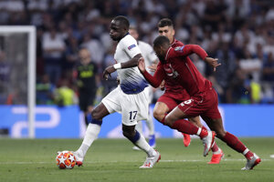 Moussa Sissoko (vľavo) a Georginio Wijnaldum vo finále Ligy majstrov 2018/2019 Liverpool - Tottenham.