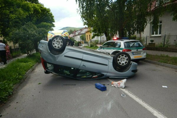 Auto sa prevrátilo.