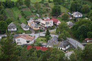 Zrúcanina Tibavského hradu sa nachádza priamo pod štátnou cestou, ktorá spája Tibavu s Ubľou.