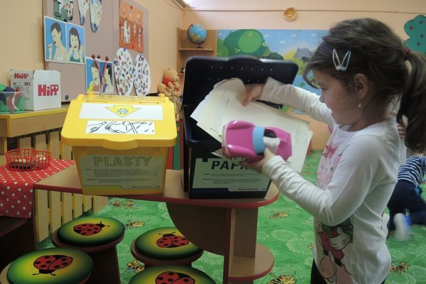 Deti triedia odpad. Nádoby dostali škôlky darom.